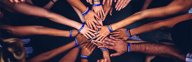 držeći se za ruke tijekom upoznavanja pitanja tijekom brzih druženja
