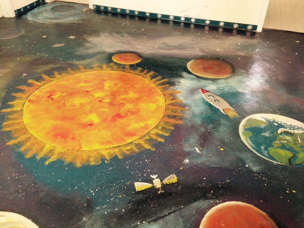 U Područnoj školi Žerava u Zadarskoj županiji,  podovi škole pretvoreni su u jedan novi svemir...