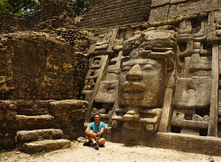 Pored Piramide maski, Lamanai, Belize