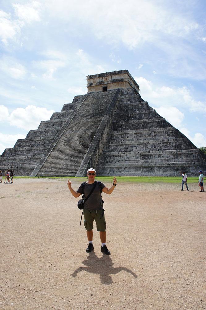 Ispred piramide u Chichen Itzi, Meksiko