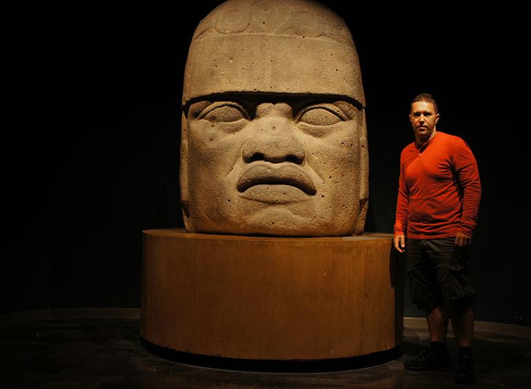 Pored olmečke glave u Antropološkom muzeju u Mexico Cityu, Meksiko