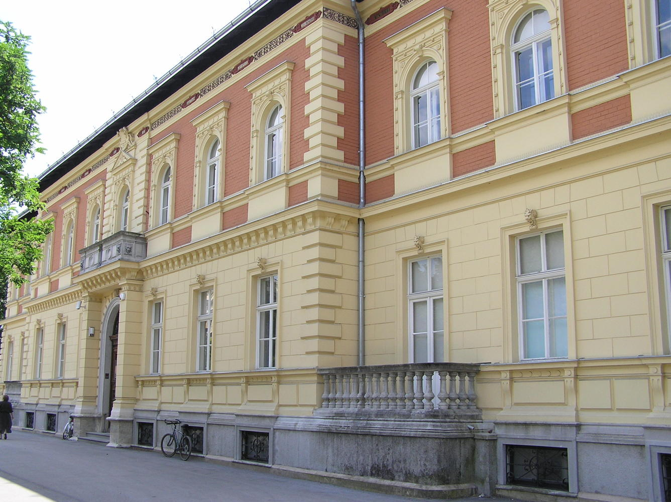 Zgrada na Strossmayerovu trgu 14, u kojoj je sada knjižnica HAZU
