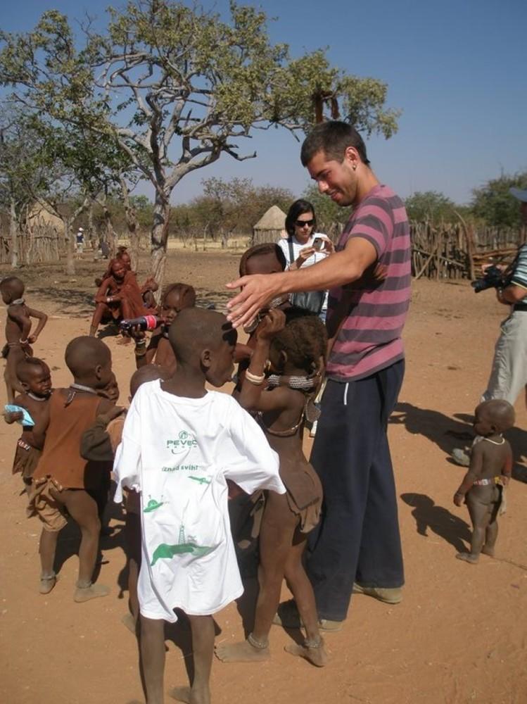 Na sjeverozapadu Namibije, u polupustinjskom području Kalaharija, živi domorodački narod Himbe. Pripadaju jezičnoj skupini herero, unutar Bantua, velike grupe crnačkih naroda i plemena.