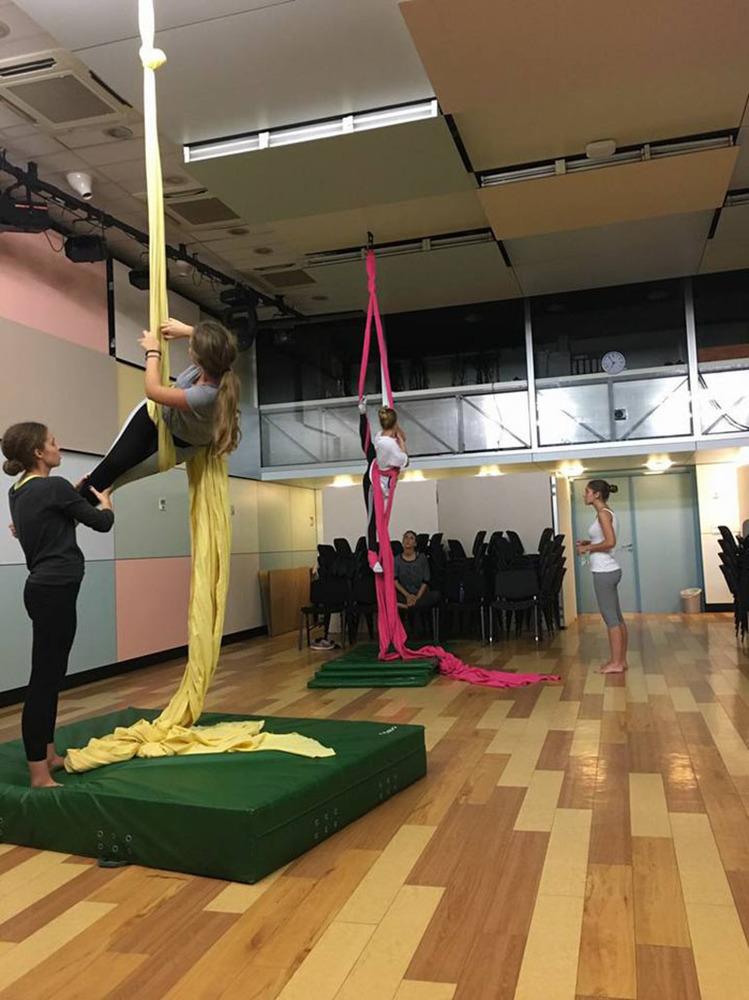 Učenici često imaju priliku isprobati i neobične aktivnosti, npr. ples na svili.